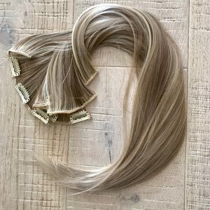 Sandy / beige blonde highlighted hair extensions